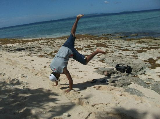 Beachcomber Island Resort: Or do gymnastics!
