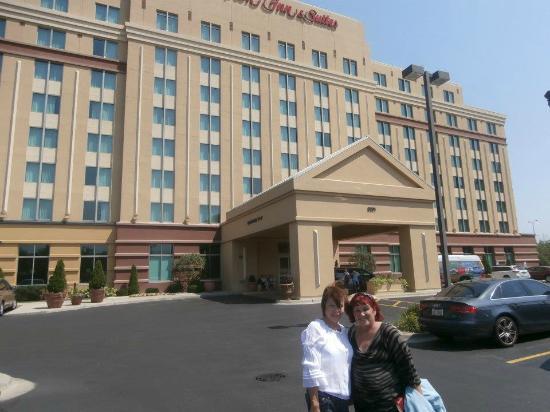 Hampton Inn & Suites Chicago North Shore/Skokie: En la foto mi amiga Gloria y yo en frente del hotel cuando llegamos