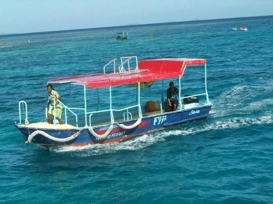 Beachcomber Island Resort: The pick up boat to the island
