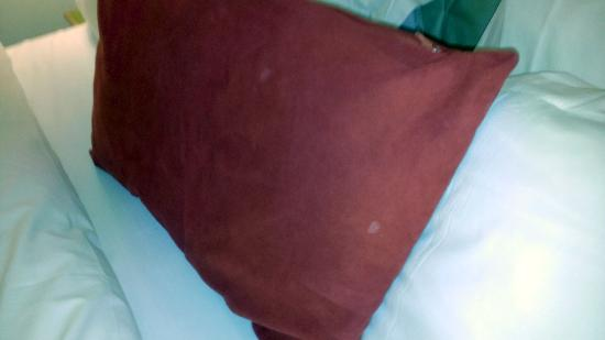 Radisson Blu Hotel, Birmingham: Dodgy looking stains on the pillow