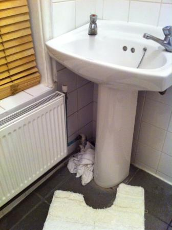 Arran House Hotel: Someone else's wet towels in bathroom