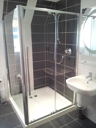 The Claymore Guest House: Huge Shower Cubicle