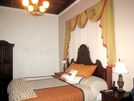 Hotel la Catedral: Bedroom-Colonial style
