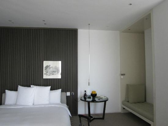 Park Hyatt Shanghai: un lit immense qui parait petit tant la chambre est vaste