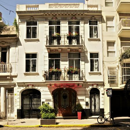 Duque Hotel Boutique & Spa: The hotel from across the street