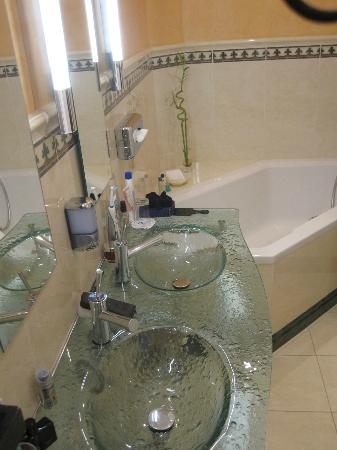 Hotel Weisser Baer: Bad mit Badewanne
