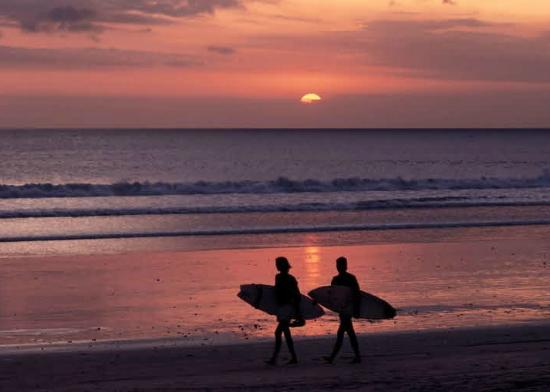 Inn at Moonlight Beach: Surfers at Sunset