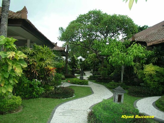 COOEE Bali Reef Resort: Тропический парк дорожка к морю
