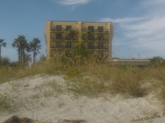 DoubleTree by Hilton Hotel Cocoa Beach Oceanfront: View of the back from the beach