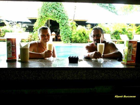 COOEE Bali Reef Resort: Бар в бассейне