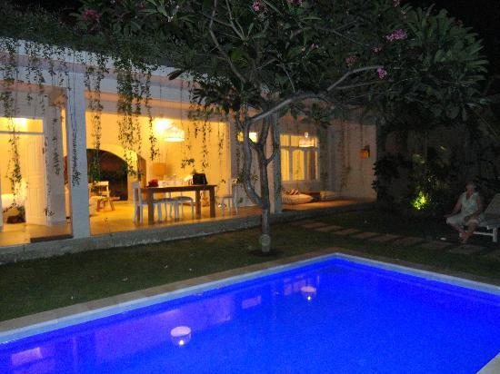 The Lodek Villas: Villa at night