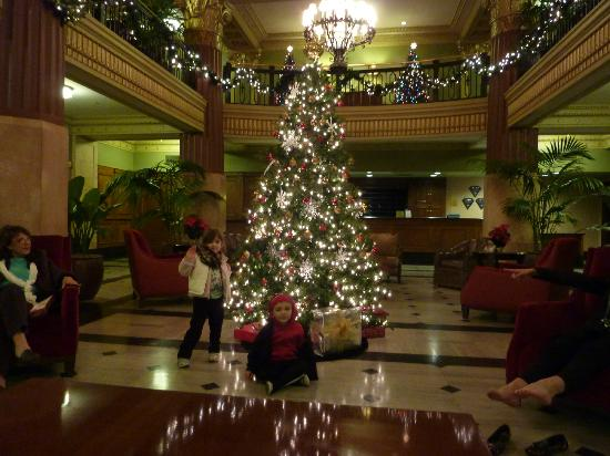 Hilton President Kansas City: Kids having fun be the Christmas tree.