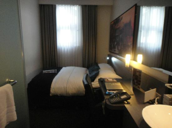 Park Hotel Amsterdam: Tiny room, like a cruise ship cabin