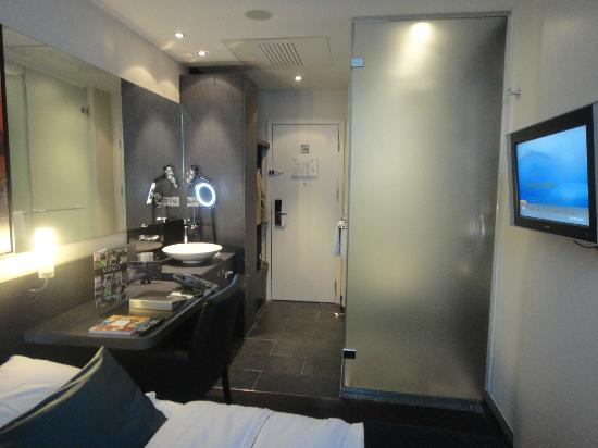 Park Hotel Amsterdam: Toilet and shower behind glass to the right.