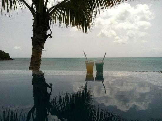 Cocobay Resort: enjoying drinks at the lower infinity pool
