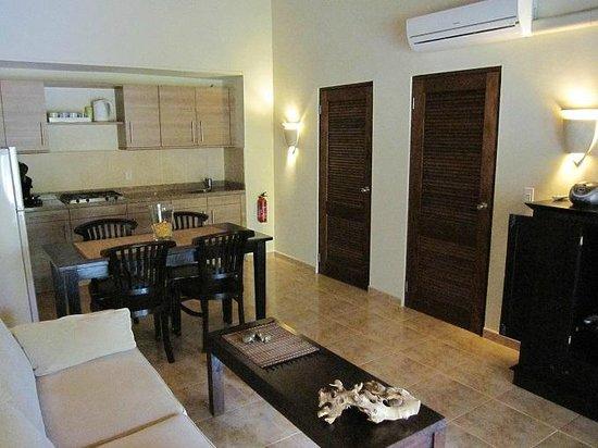 Woonkamer met een complete keuken, livingroom with open complete ...