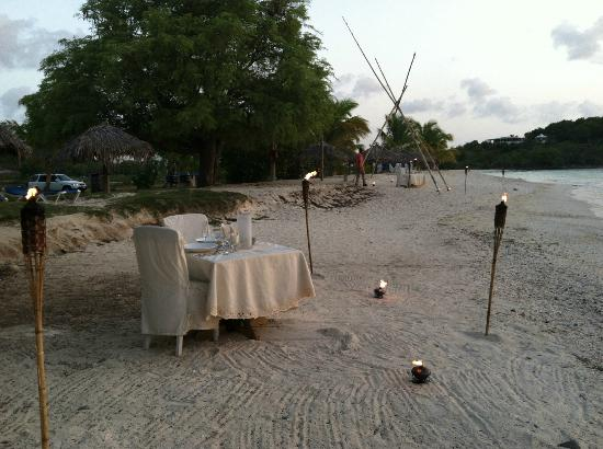 Cocobay Resort: sunset dinner on the beach