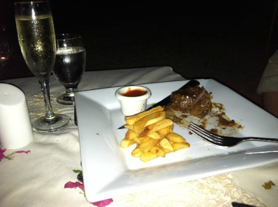 Cocobay Resort: beef tenderlion w/ fries