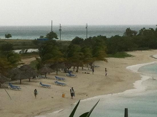 Cocobay Resort: windy beach before storm came in