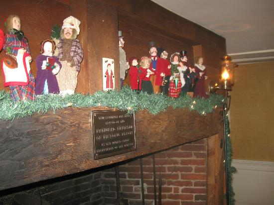 Old Yarmouth Inn: fireplace/entrance