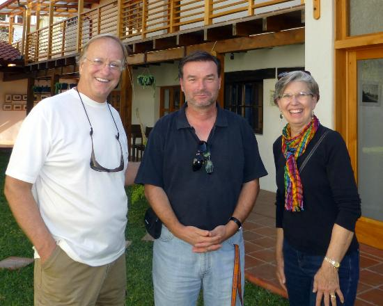 Casa Cakchiquel: With the owner Roberto (center). What an honor to meet him