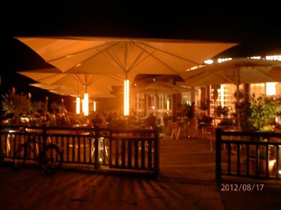 Barrique: Terrasse am Abend...