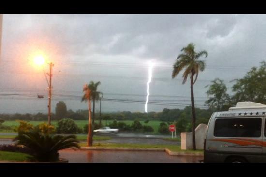 Iguassu Holiday Hotel: espectaculo de rayos frente al Hotel