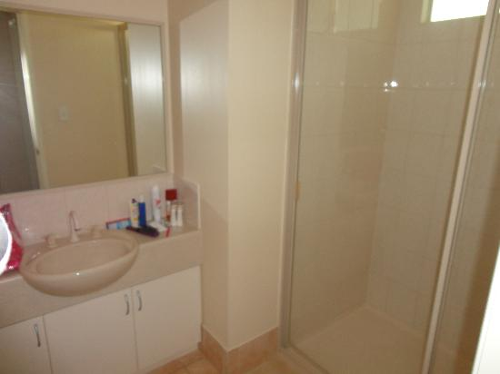 RAC Busselton Holiday Park: Bathroom with Excellent shower pressure