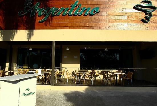 Foto de restaurante el argentino m rida fachada - Fachadas de bares modernos ...
