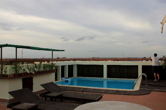 Cheathata Angkor Hotel : Rooftop pool