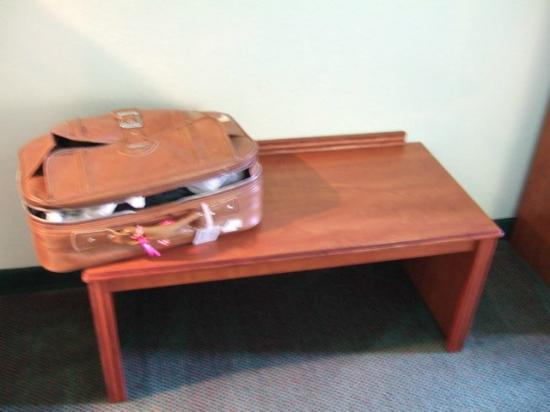 Days Inn & Suites Fort Myers near JetBlue Park: Place to put luggage.