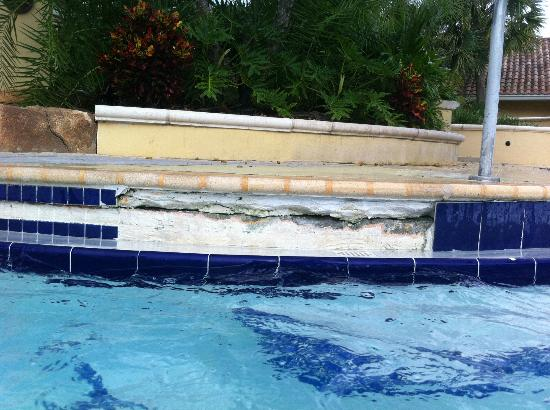 Regal Palms Resort & Spa: Broken pool tiles