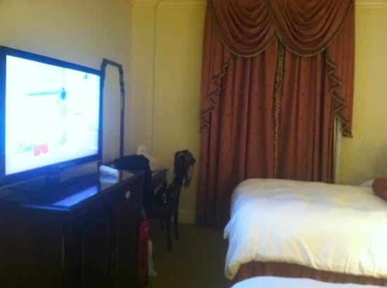 Le Pavillon Hotel: tv desk