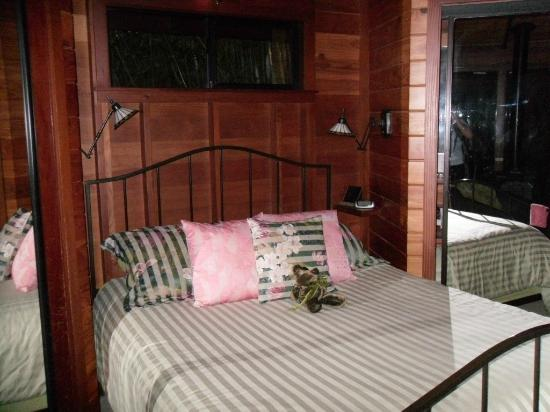 Volcano Rainforest Retreat: Forest House bed
