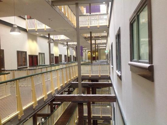 أوكس جولدسبروف أبارتمنتس: The view from the 8th floor walkway 