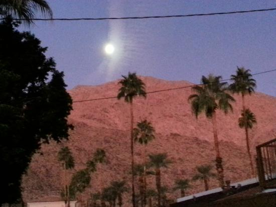 Knights Inn Palm Springs: Mountain view from room and gazbo