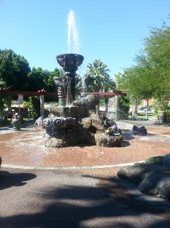 Knights Inn Palm Springs: Park near theater