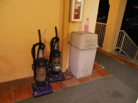 Days Inn Austin South: Broken Vacuums outside my door