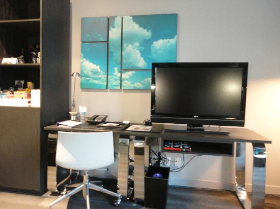W Montreal: TV and desk area