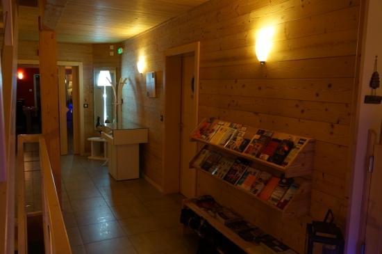 Couleurs Bois & Spa: couloir qui mène au séjour