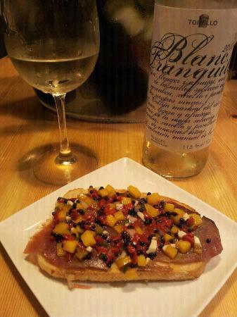La cata ciega  Tostas and wine