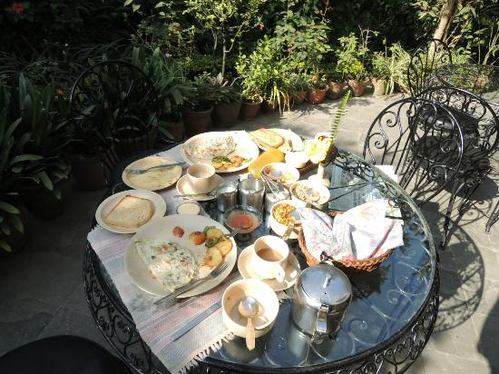 Summerhill House: Breakfast on the patio