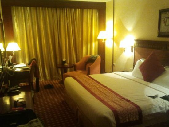 Ramada Riyadh: Room with huge bed