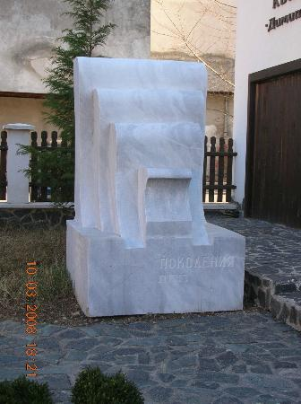 Kyustendil, Bulgarije: Sculpture by an Israeli in the yard of the museum