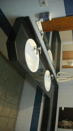 Apartamentos Jable Bermudas: Sinks in public toilets