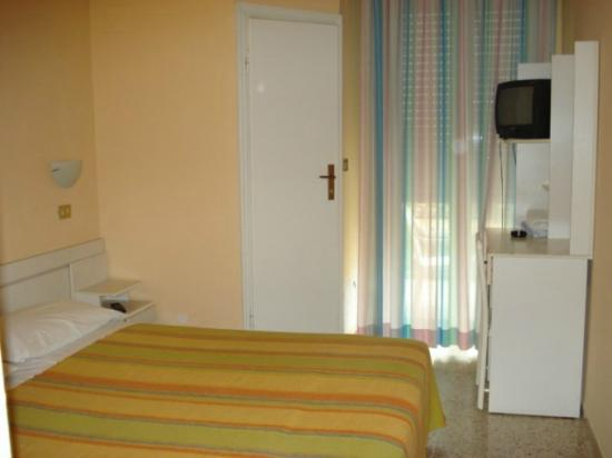 camera da letto dell\'hotel Europa - Picture of Hotel Europa, Rimini ...