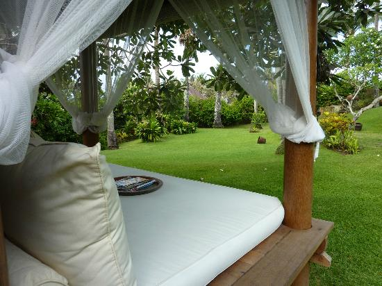 Villa Mandala: Reading bed in the garden...LUXURY!!