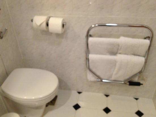 Lancaster Gate Hotel: Detalle del baño con calienta toallas (interruptor en una pared de la habitación)