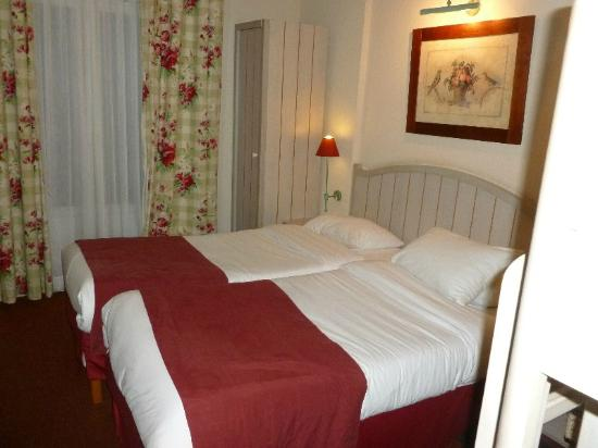 Camere Disneyland Paris : Our hotel room. this room had two single beds together and a bunk