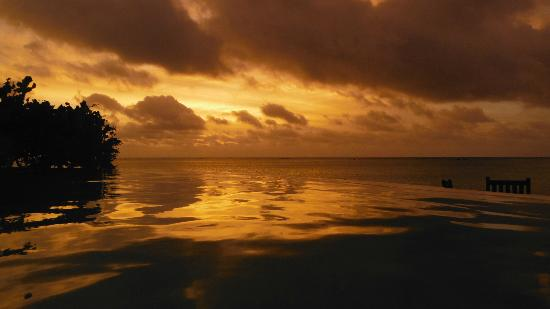 Pacific Resort Aitutaki: Aitutaki sunset. pacific resort is well places for great shots.